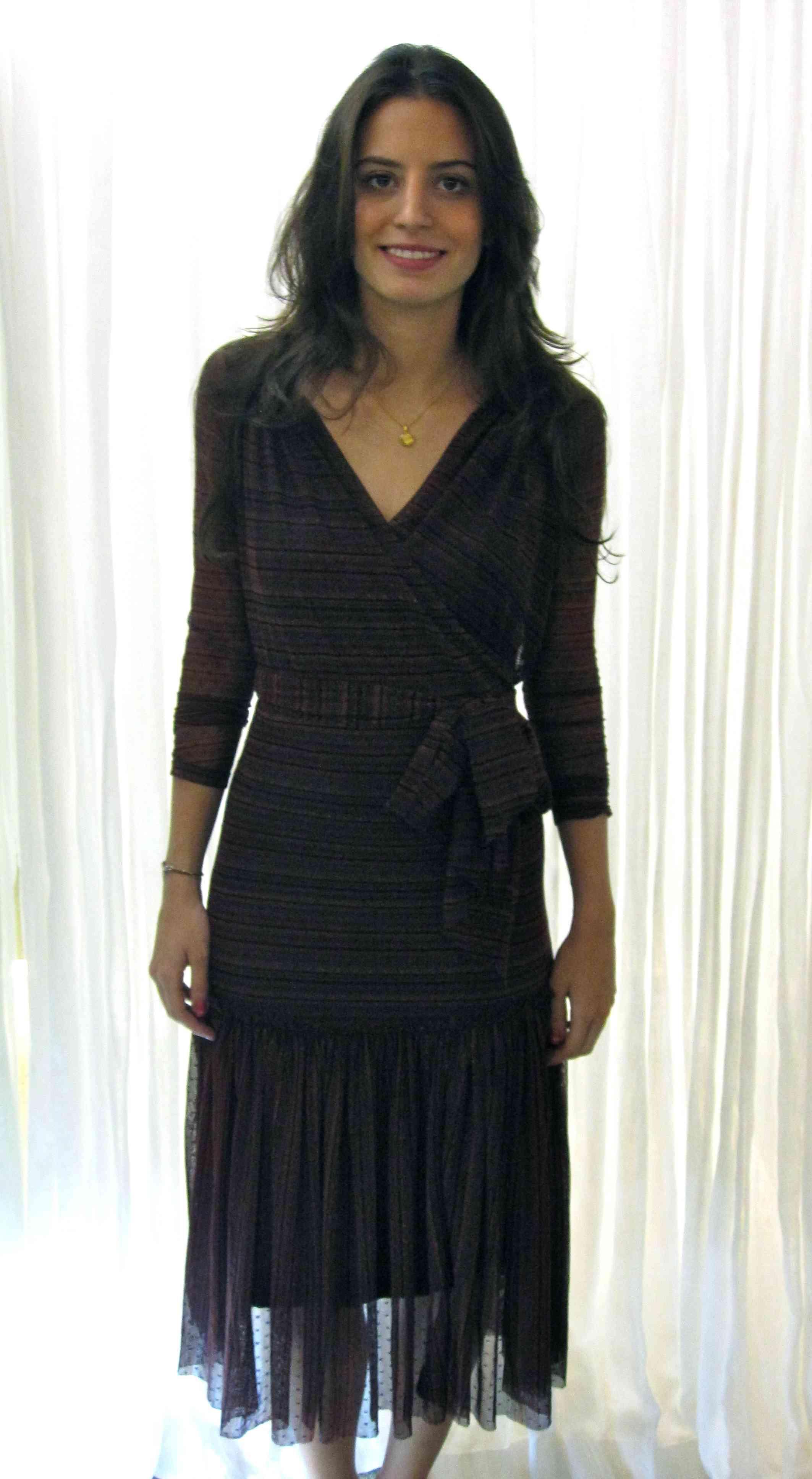 Wrap dress de filó estampado de vinho, com segunda pele preta: prático, bonito e eterno!