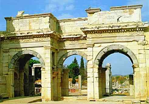 Parte da fachada da antiga Biblioteca de Alexandria, a mais famosa de todas, que foi concebida na dinastia ptolomáica. Pra ligar o nome às pessoas, a ela pertenceu Cleópatra. Dizem que Julio Cesar perdeu a fala quando a visitou!