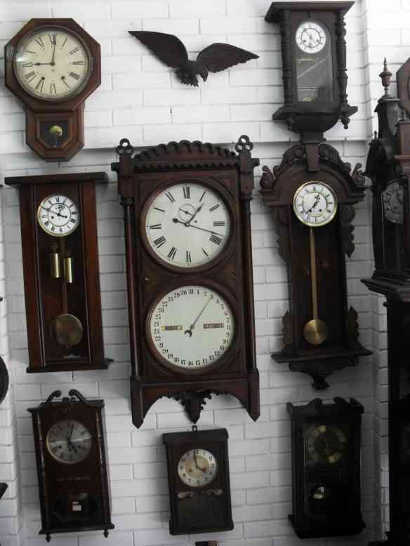 """95bb9951edb Vários relógios """"cuco"""" que despertam o imaginário infantil. Relógios de  parede."""