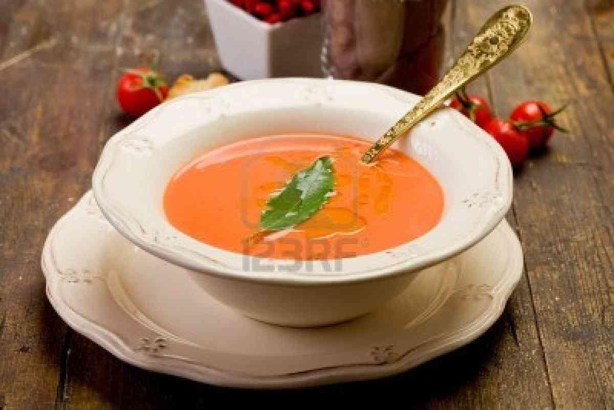 12322951 soupe aux tomates fraiches maison avec la feuille - Soupe de tomate maison ...