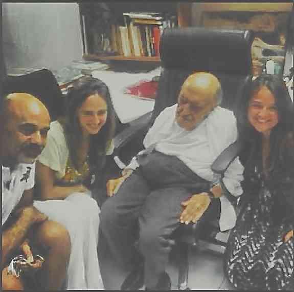 Foto histórica na vida de Maria: Com Christian Louboutin, tema de seu post, o grande Oscar Niemeyer e Isabel, irmã e sócia da TM