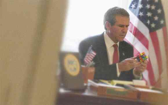 O ex presidente americano, George W. Bush, tentando resolver o cubo...