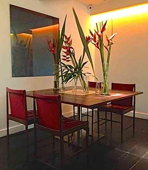 Fiquei encantada ao me deparar com esta mesa e suas flores lindas!