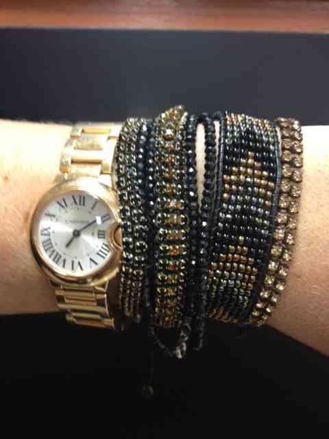 As pulseiras misturam, lindamente, com o relógio mara do Cartier, na Sara Jóias!