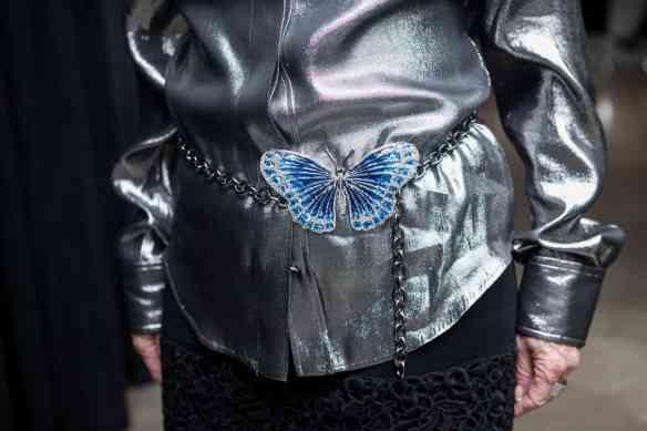 Detalhe do cinto de borboletas do Valentino