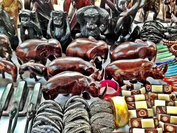 Animais esculpidos em madeira