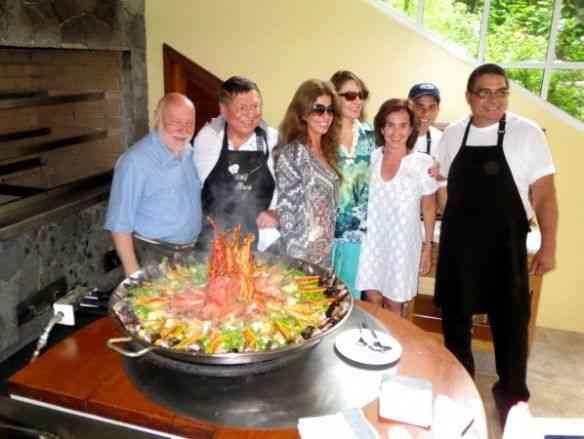"""Com os queridos amigos Domenico De Masi, Boni e Lu, Vitória Lemann e os craques assessores do chef, reverenciando sua excelência a """"Paella Valenciana""""!"""