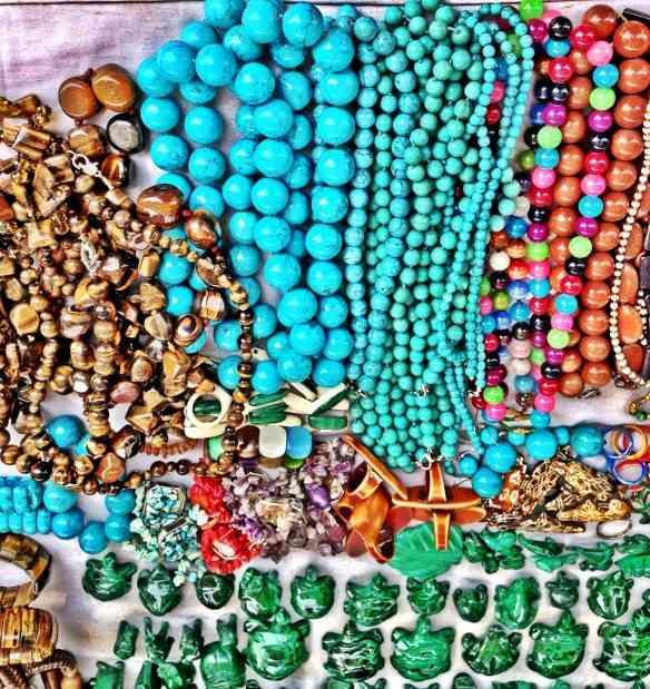 Mais colares e pulseiras de todas as cores