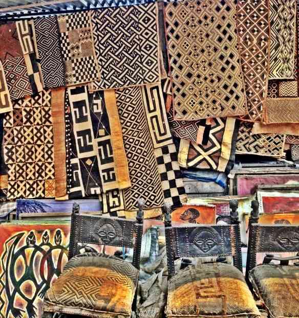 Tapetes de ráfia com bordados geométricos
