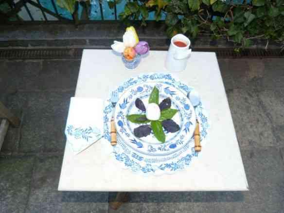 Começo pelo passo a passo visual: Nos esperando à mesa, a muzzarela arrumada com um bouquet de manjericão!