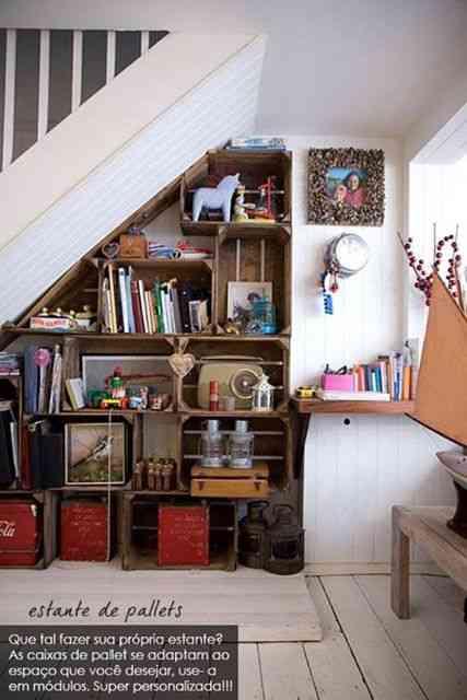 De baixo da escada: nas mãos do trio a arrumação vira decoração!