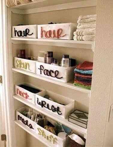 Banheiro organizado por departamentos: cabelo, rosto, ...