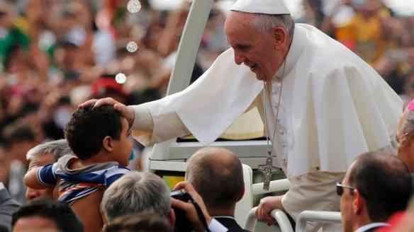 28jul2013---papa-francisco-abencoa-crianca-em-seu-papamovel-a-caminho-da-praia-de-copacabana-no-rio-de-janeiro-onde-celebra-a-missa-de-encerramento-da-jmj-jornada-mundial-da-juventude-1375021100926_1920x1080