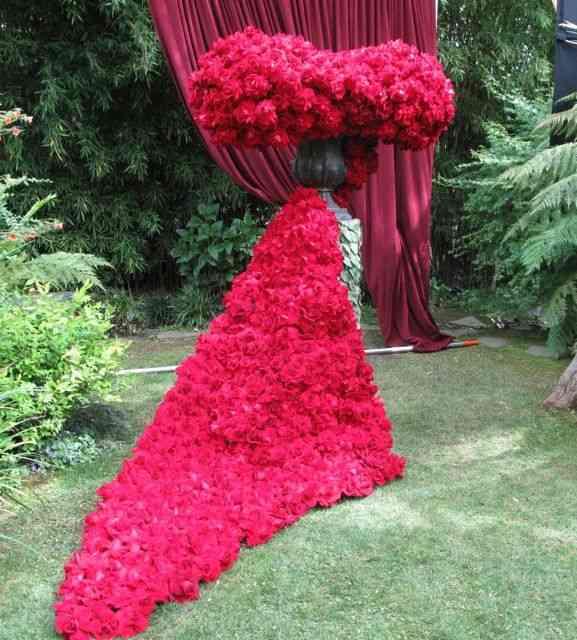Já este arranjo foi para enfeitar o jardim de um casamento: dramático...