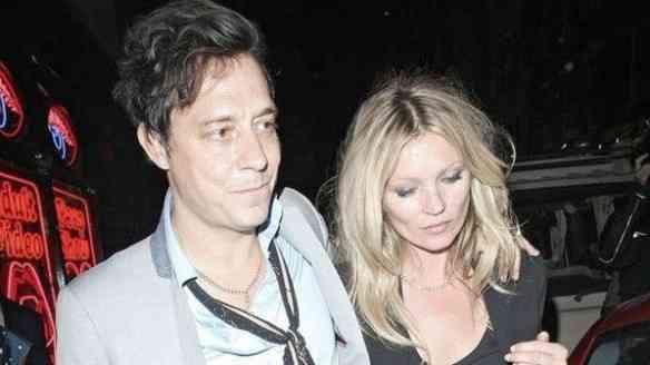 Kate Moss e Jamie Hince jantando por ali...