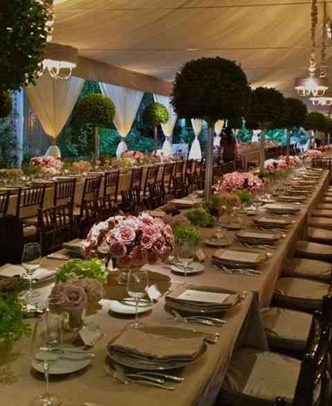 """Este almoço de casamento ficou lindo com as árvores salpicadas pelas """"big"""" mesas!"""