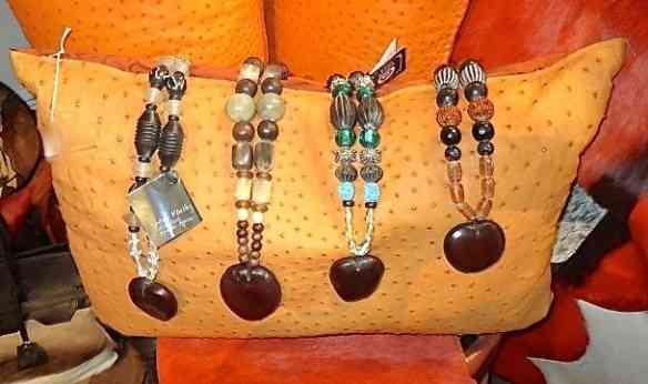 Detalhe de pulseiras africanas lindas!