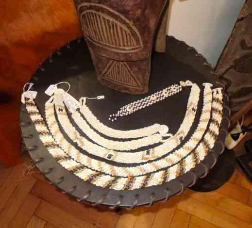 Detalhe de pulseiras de marfim made in Africa!