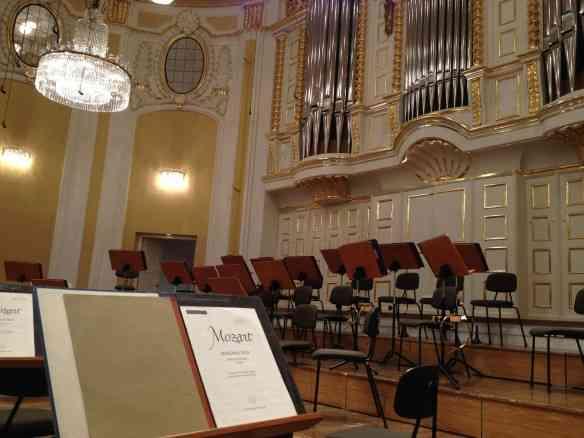 A linda sala Mozarteum, em Salzburg, onde enconteri o casal 20 da música clássica: Ela no palco e ele na platéia!