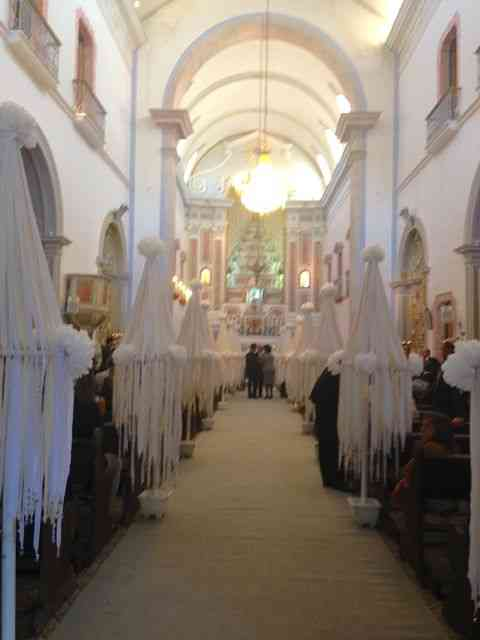 A graciosas Igreja matriz de Paraty, esperando os noivos... Antonio NR e seu requinte produziram-na sem uma flor e igual elegância: Quem sabe, sabe!