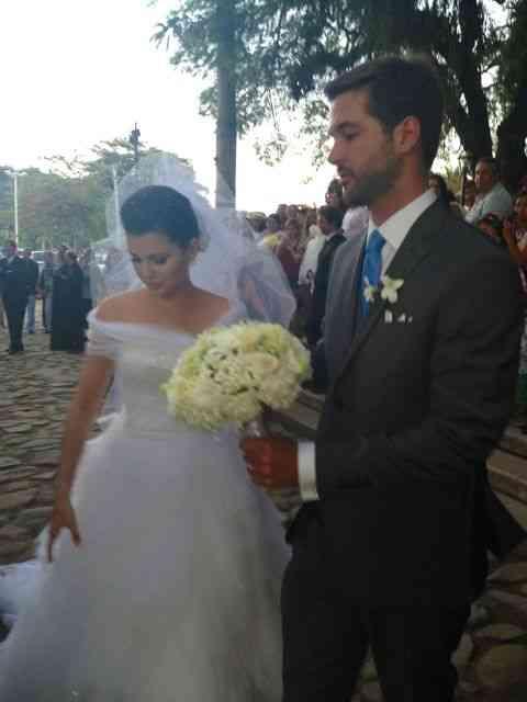 Os noivos na porta da igreja: aplaudidíssimos!