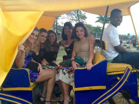 """""""Yellow cab"""" versão Paraty traziam os convidados... Aqui, as lindas Vivi Grabowsky e Patrícia Mayer com suas lindas norinhas!"""