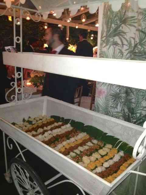 Buffet de comida brasileira, eis um dos carrinhos de doces divinos típicos!