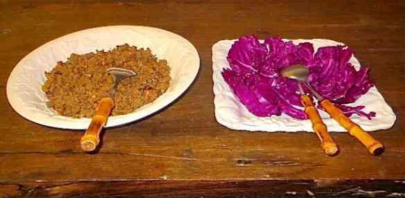 Fizemos o purê de aipim para acompanhar esta carne moída com folhas de repolho cruas: delícia!
