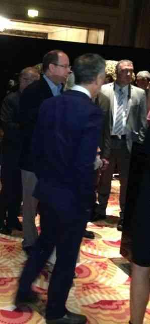 Principe Albert, nesta foto com campana ( de costas), dando todas as explicações sobre a mostra!