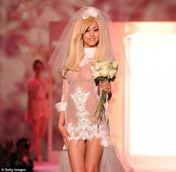 """Zahir fecha seu desfile """"Couture"""", vestindo a noiva que é apadrinhada pelo Kaiser fashion Karl lagerfeld!"""
