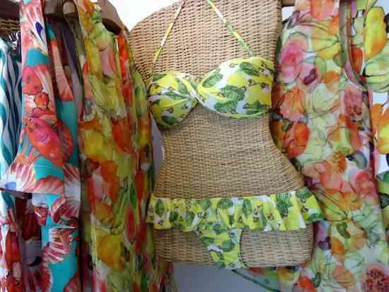Estampa de caju no beachwear da Isolda