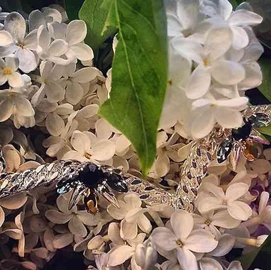 Flor e colar tão bem casados, que deveriam ser usados juntos!