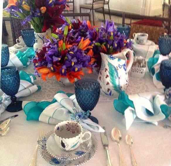 Amo este azul.... Da linda mesa de Maura Gomes!