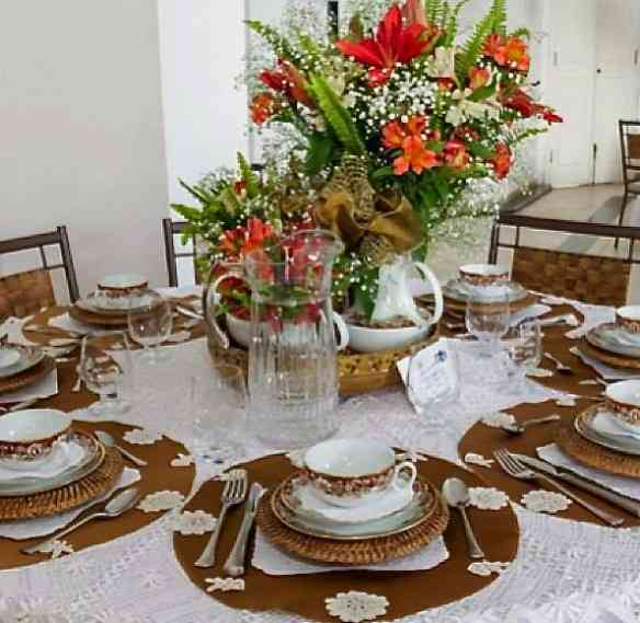 Collorido lindo o da mesa de Joana Cacique.... Noves fora a linda toalha de renda!