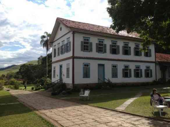 O casarão, no estilo lindo colonial, faz o gênero casa da avó lotada de netos...