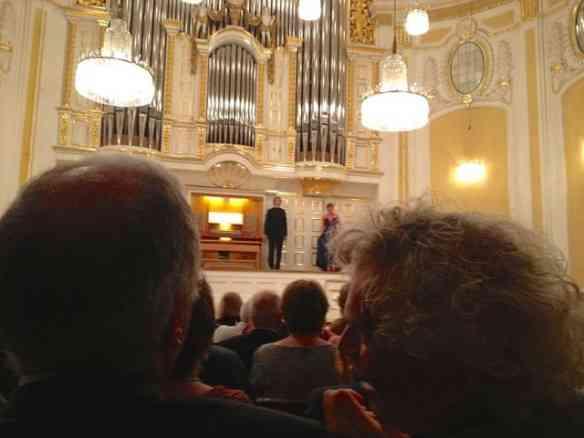 Ela linda no placo do Mozarteum e ele à direita, na platéia, aplaudindo e fazendo comentários sobre sua musa! Demaissss