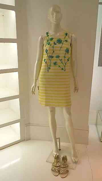 Este vestido com bordado turquesa é tudo e veste o fino!