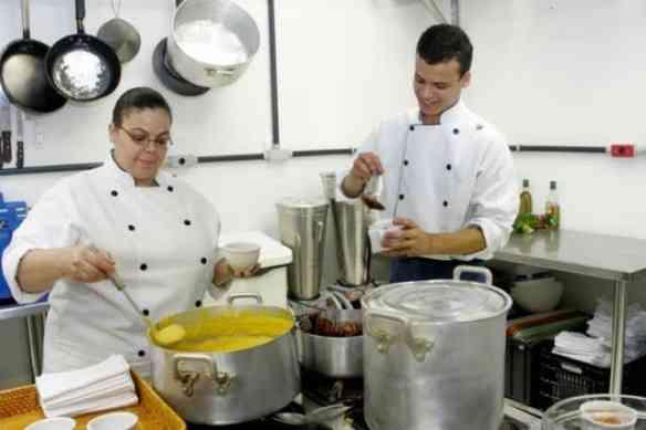 Lilia em sua super cozinha, com a mão na massa... Delícias devem sair do seu super 4 bocas...