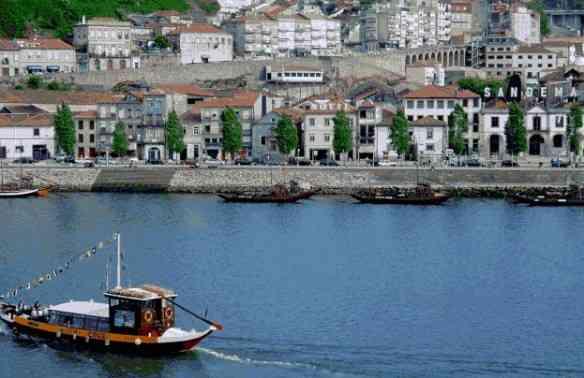 Vila Nova de Gaia e as caves de vinho do Porto.