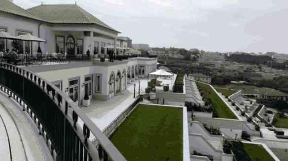 A arquitetura do hotel aproveitou a topografia do terreno lindamente!