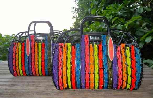 Queria muuiittooo uma destas bolas de palha pintada e trançada ao longo do cesto! Love it...