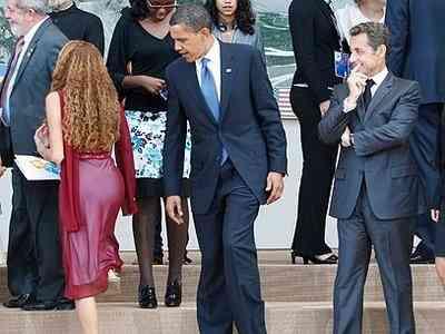 obama-sarkozy-olhando-um-bumbum