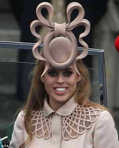 A princesa Beatrice, da Inglaterra, de Philip Treacy: pra quem gosta de arriscar! BN