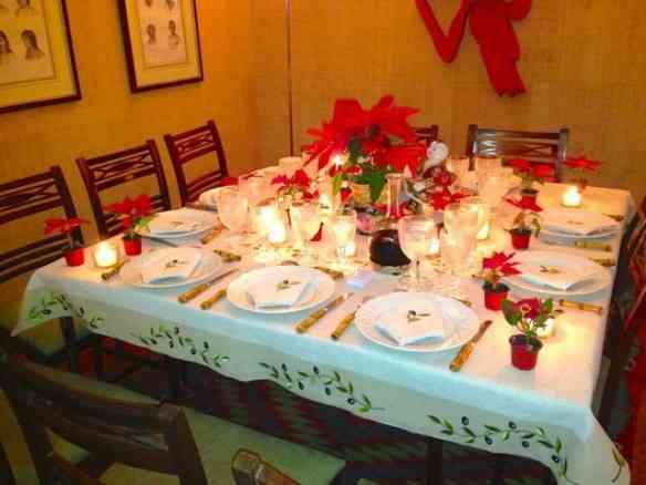 A mesa toda iluminada nos esperando: velas são as maiores levantadoras de astral noturno que conheço!