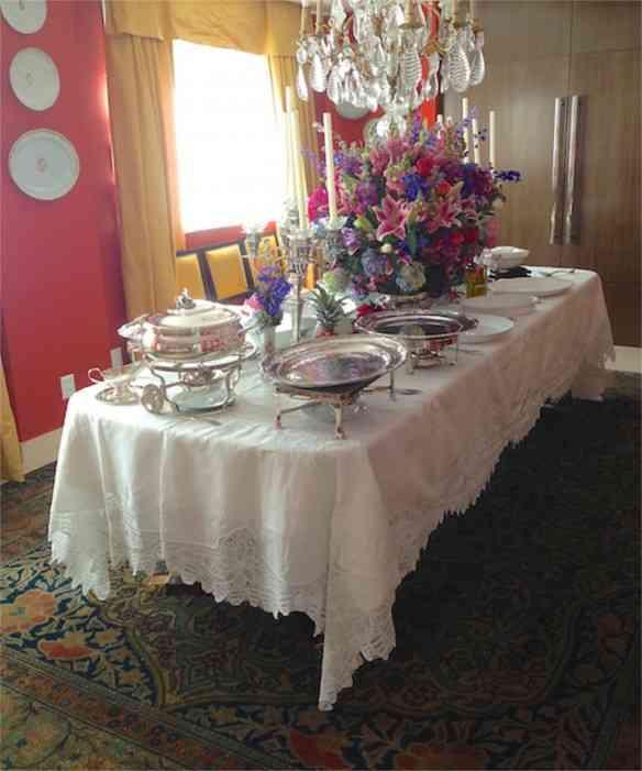 """Vejam o capricho e planejamento da mesa para receber o farto buffet árabe: de um lado as travessas para pratos frios e do outro para os quentes com seus d """"rechaud"""""""