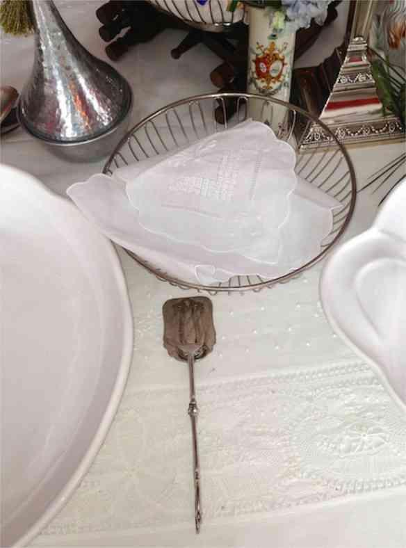 Requinte do detalhe: o cesto e pinça de pão para o divino pão árabe com sua pinça