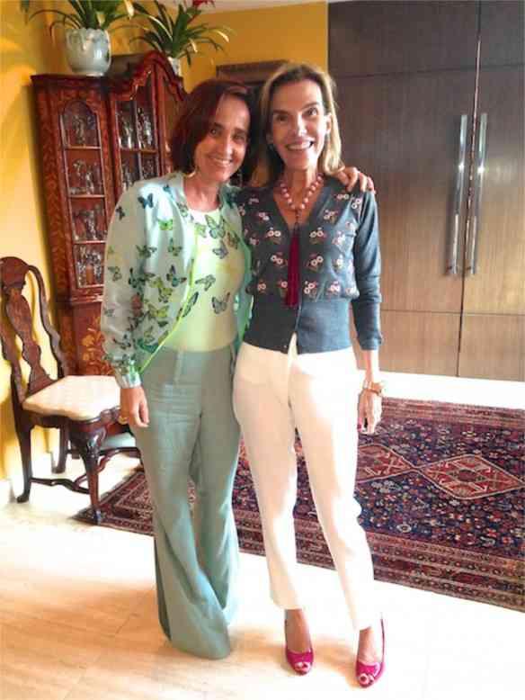 Esta é minha amiga chiquérrima, Henriqueta Gomes,hostess deste almoço divino que vamos ver e que hoje faz aniversário e merece um caminhão repleto de alegria, pra combinar