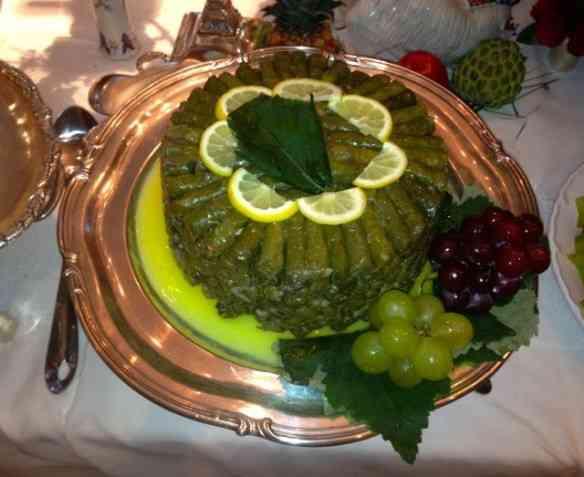 A beleza dos charutinhos de uva e o capricho da arrumação da travessa!