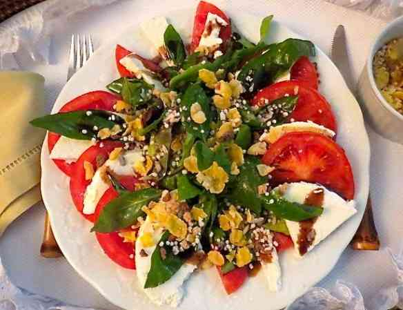 Aqui minha saladinha já maculada pela deliciosa granola cheia de sabor...