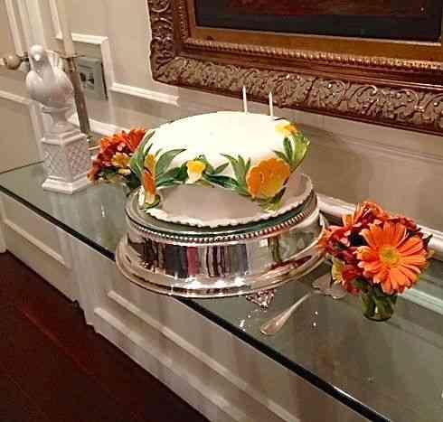No aparador pontificava o bolo divino de Dona Dirce!